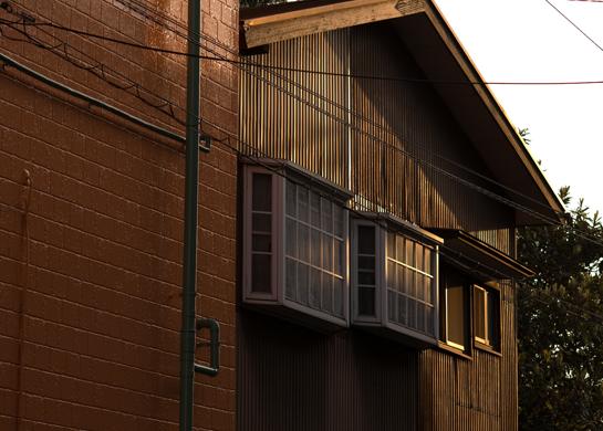 トタンの壁のしゃれた出窓.jpg